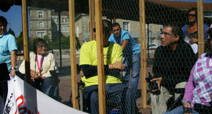 Membros da plataforma pechados nunha gaiola