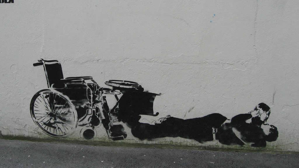 Graffiti de Banksy representando dúas persoas persoas con diversidade funcional abrazándose