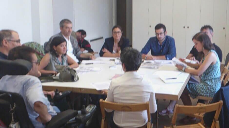 Representantes das organizacións políticas e de VIgalicia durante a reunión