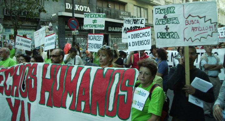 Asistentes sostendo unha pancarta