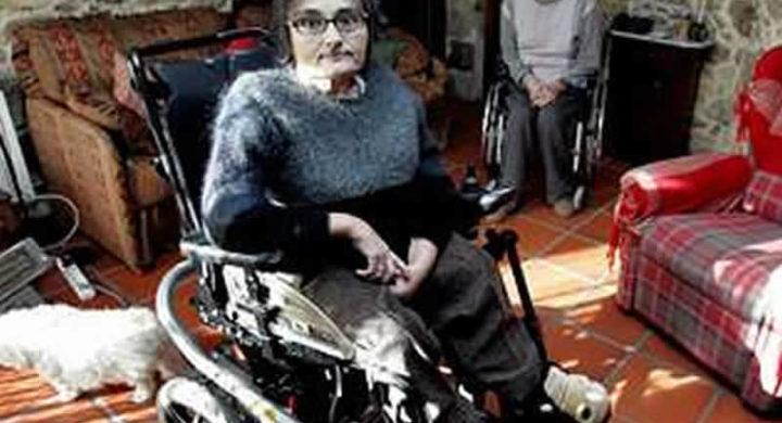Marita Iglesias xunto ao seu marido, tamén con diversidade funcional, na súa casa de Vedra