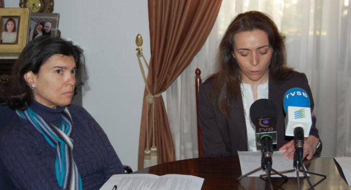 Anxela López á esquerda, xunto a Mónica Sumay durante a rolda de prensa