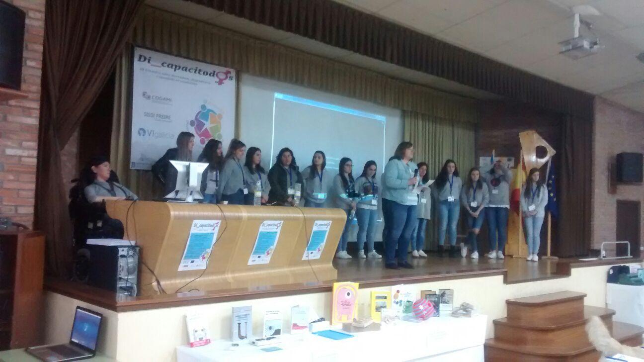 Alumnas do CIFP A Xunqueira participando no acto
