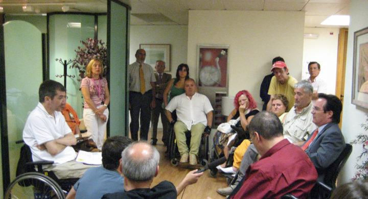 Miembros de VIgalicia junto a otros activistas del Foro de Vida Independiente durante el encierro en el IMSERSO