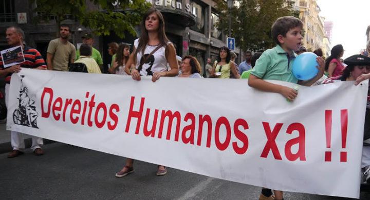 Pancarta coa lenda 'Dereitos humanos xa'